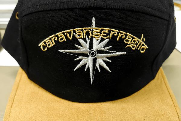 prodotti-cappellino-con-visiera-ricamato